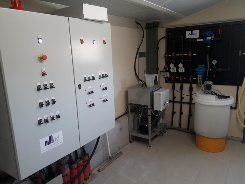 Local technique avec armoire de distribution - tableau de distribution et traitement de l'eau - groupe de brumisation HP